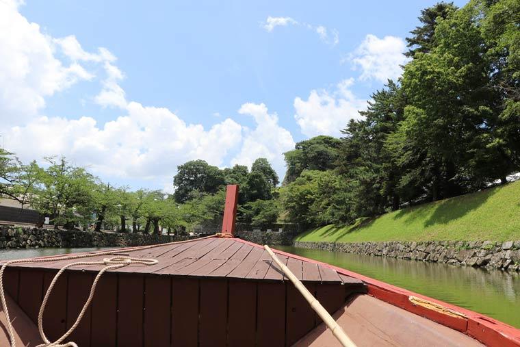 お堀をゆったりと進む屋形船