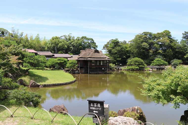 玄宮園内の築山にある、趣のある建物は鳳翔台