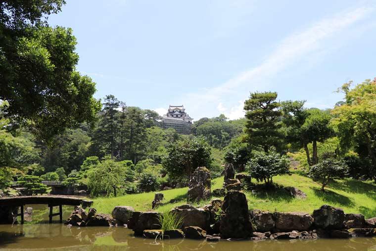 園内北側にある船着跡は、遠くに彦根城天守を望むことができる撮影スポット