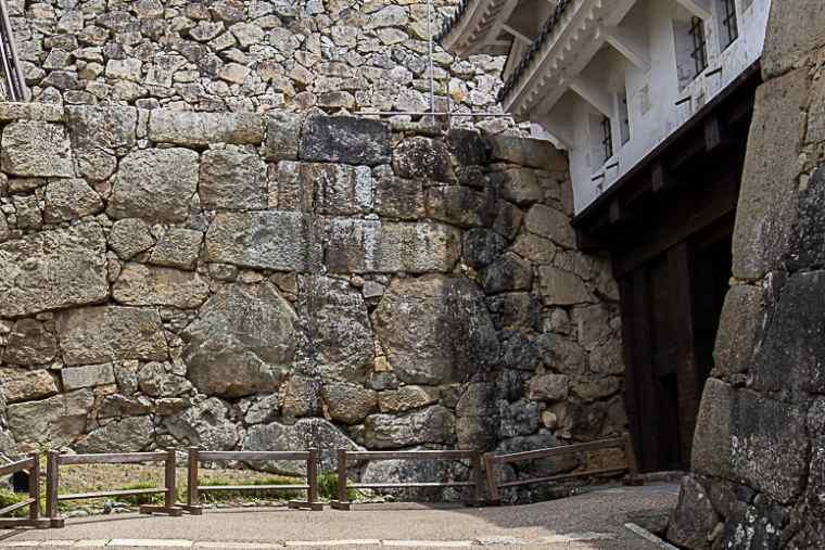 姫路城の通称・人面石とも呼ばれる「鏡石」