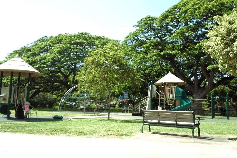 ホノルル動物園の遊具もある広場