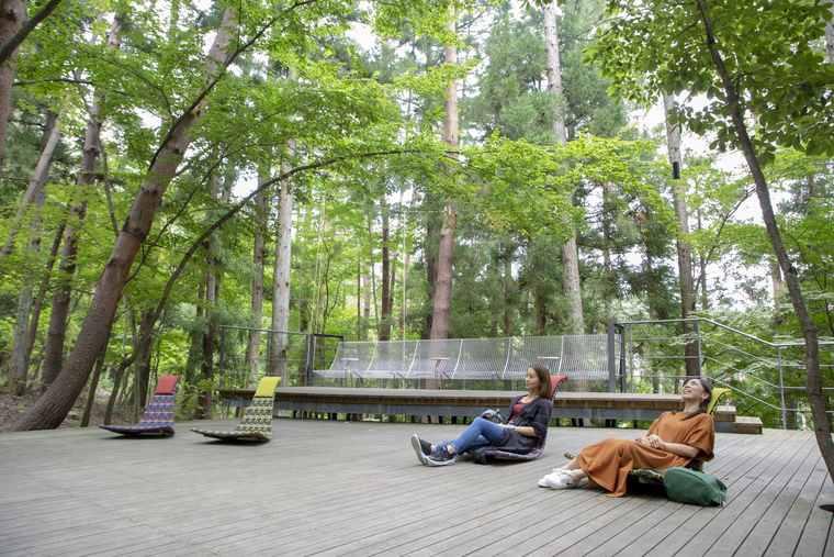 星のや富士の木漏れ日デッキにある座椅子