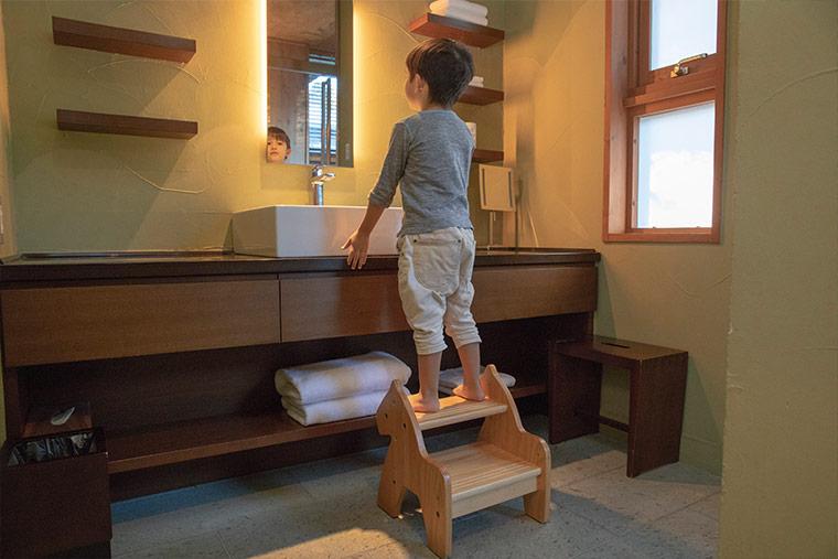 星のや軽井沢 洗面台と子ども用の台