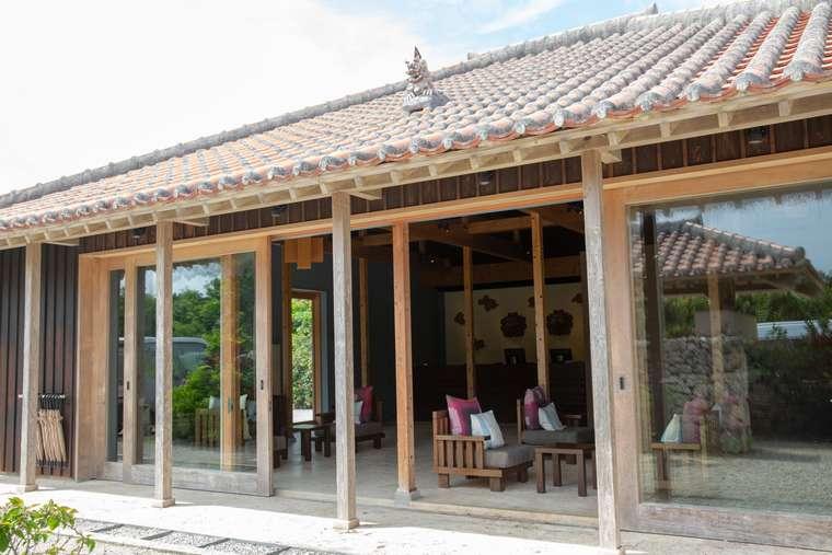 星のや竹富島の赤瓦屋根のレセプション