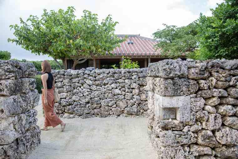 石積みの壁「ヒンプン」の左側を通って客室へ