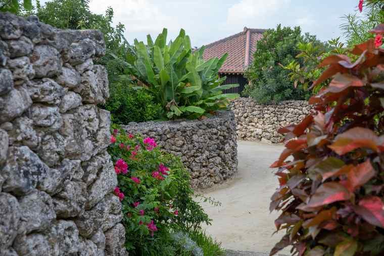 竹富島内の集落を踏襲した狭い小径