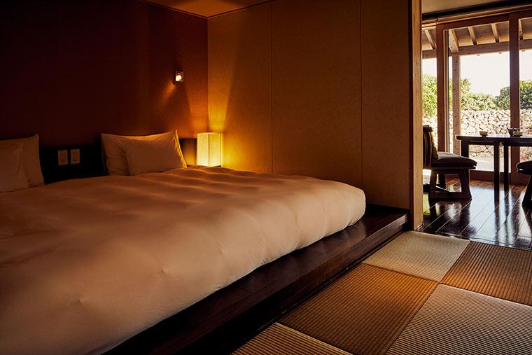 キングサイズのベッドを配したベッドルーム