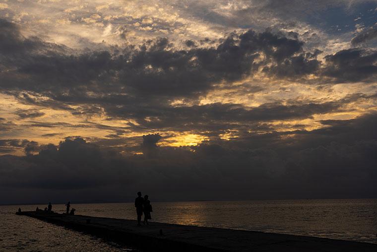 西桟橋に沈んでいく夕日