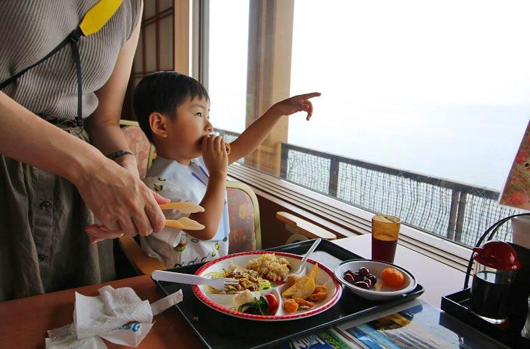 東京湾が一望できるオーシャンビューのバイキングホール「若汐亭」