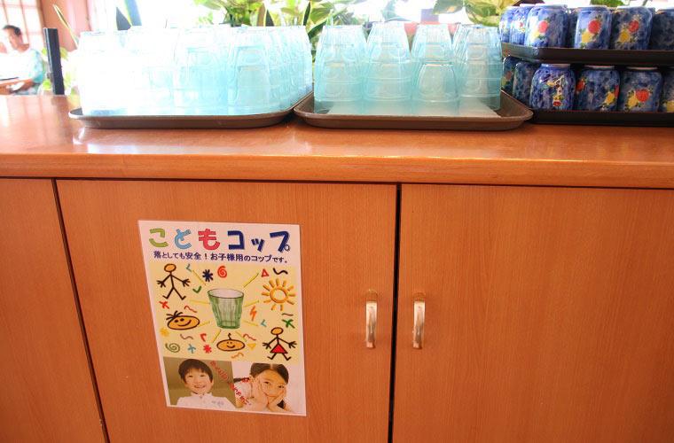 子ども用のプラスチックコップが用意されている