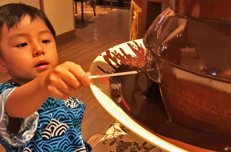 息子はチョコレートフォンデュに夢中