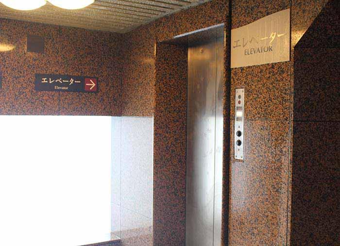 男性湯の中のエレベーター