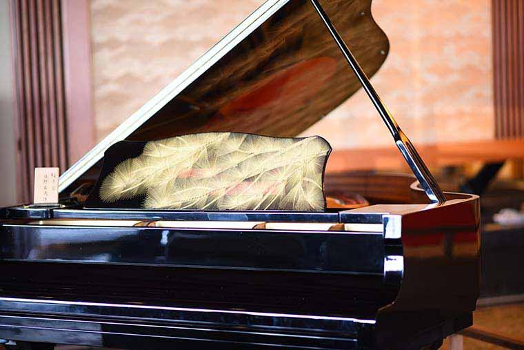 加賀屋 漆塗りのピアノ