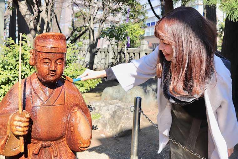 恵比寿神の御像をこするとご神得をいただけるという