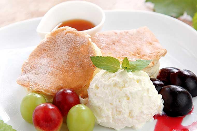 勝沼ぶどう郷 カフェ ビィーニョの「季節のフルーツパンケーキ」