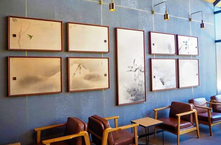 店内には襖絵など日本の伝統を感じさせるアートワークが