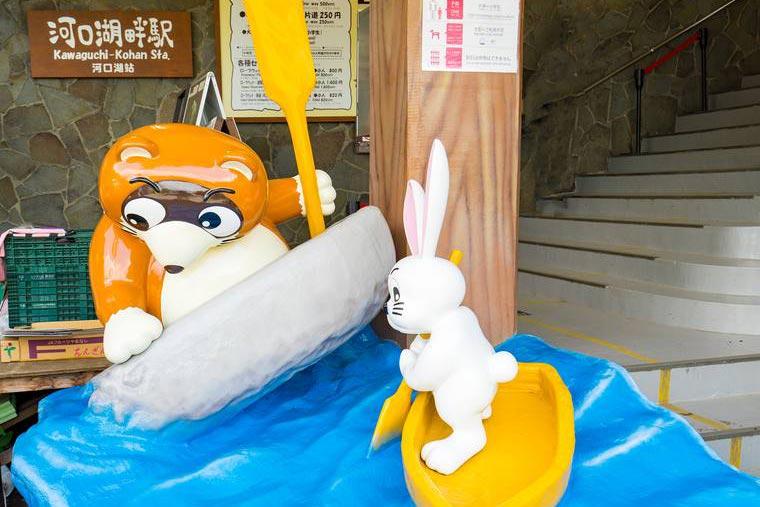 富士山パノラマロープウェイのウサギとタヌキのオブジェ