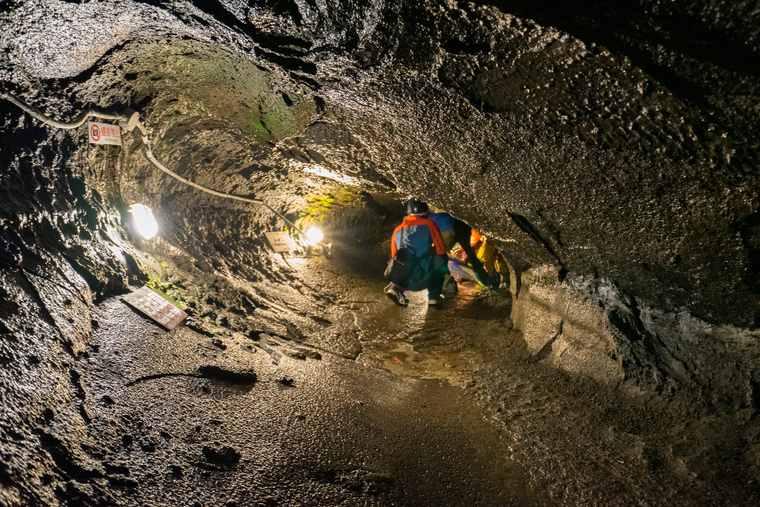 鳴沢氷穴の溶岩トンネル