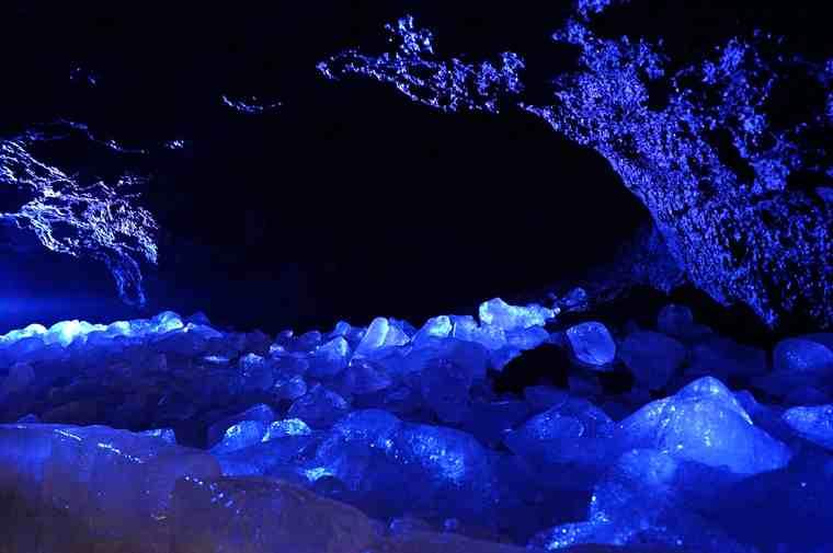 鳴沢氷穴の氷の池