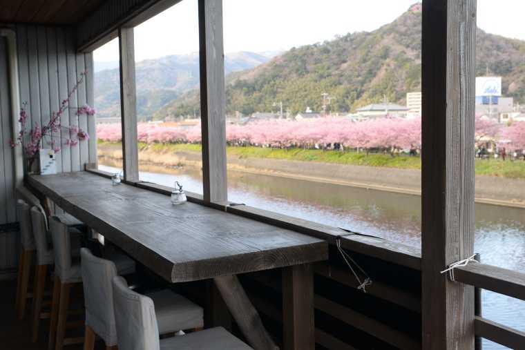 河津桜が一望できるロカンタのテラス席