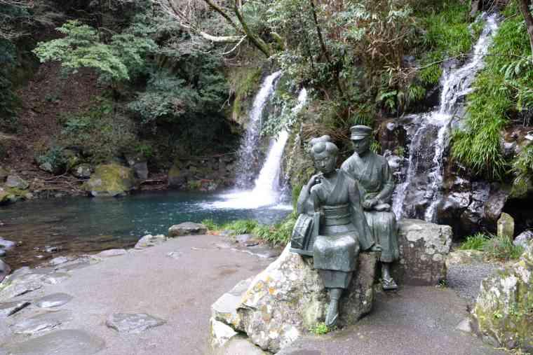 初景滝の前の像