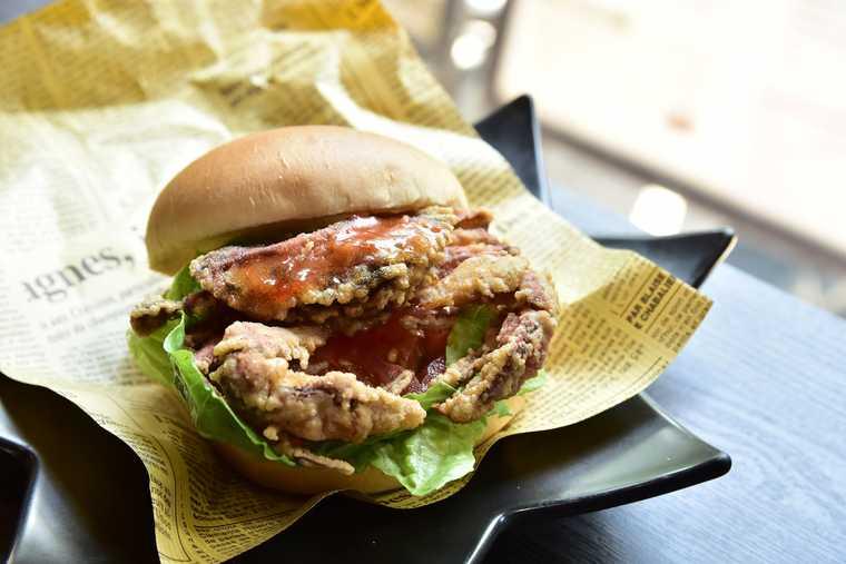 金シャチ横丁 vegetable cafe & seafood bar saienのソフトシェルクラブバーガー