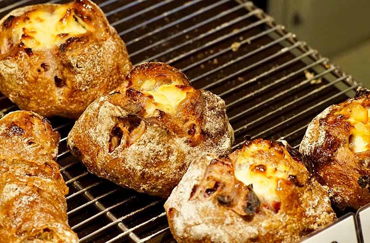 パンやきどころRIKIの「クランベリーとクルミのフロマージュ」