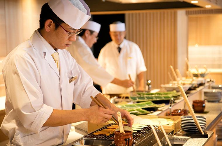 料理人が目の前で調理する「御食事処 ライブ割烹 万蓮」