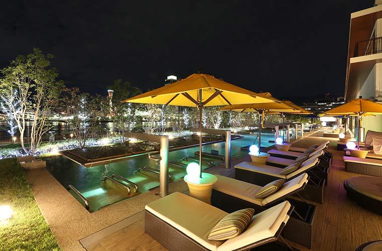 神戸の夜景とライトアップされたナイトプール