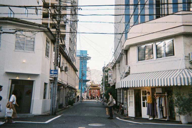 南京町と神戸港の間にある「乙仲通り(おつなかどおり)」