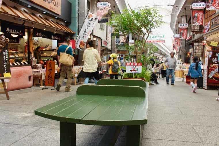 平和通り商店街のベンチ