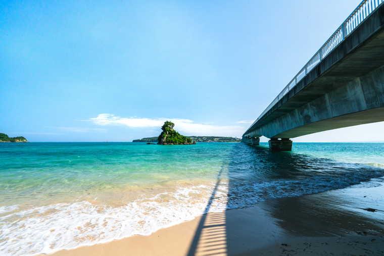 古宇利大橋を望む浜辺