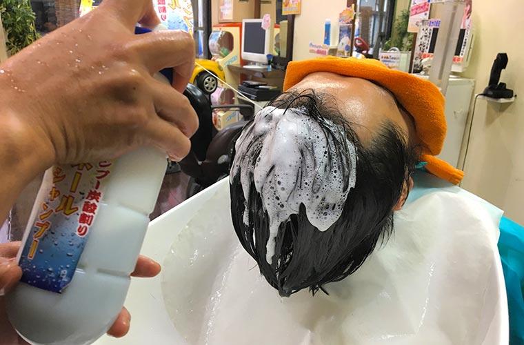 炭酸によりムース状と化したシャンプーを頭髪に噴射