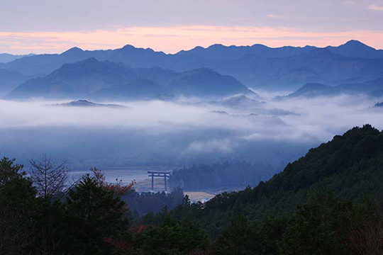 見晴台から大斎原を一望。ゴールはすぐそこ。©熊野本宮観光協会