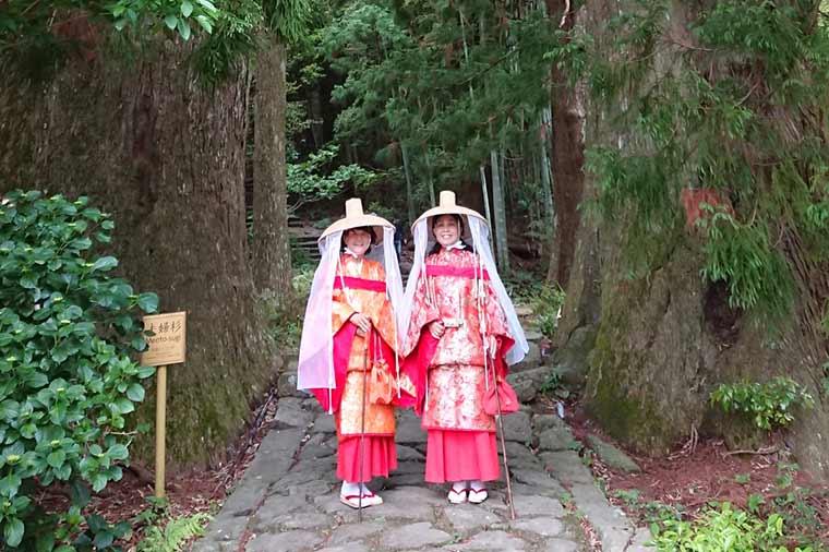 平安衣装で大門坂の夫婦杉で記念撮影