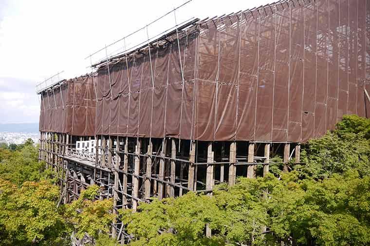 清水寺 屋根の葺き替え工事中の本堂