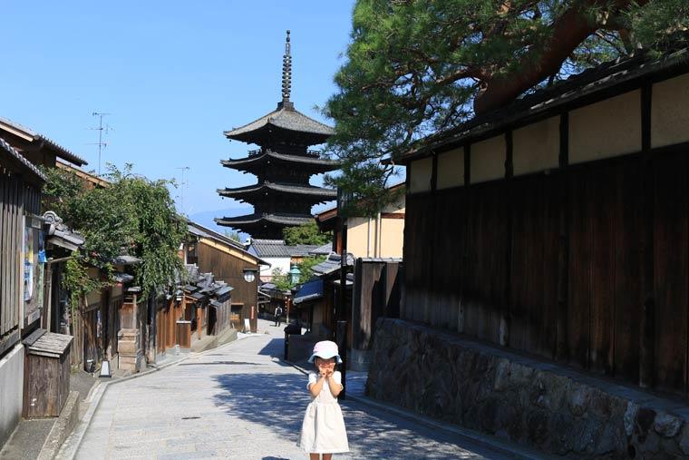 京都らしい通りの背景に八坂の塔