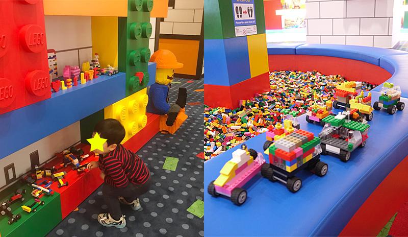 レゴブロックの見本となる車や飛行機があちらこちらに置いてある