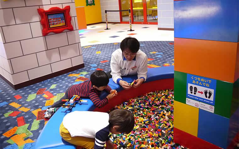 レゴブロックの遊びはではスタッフの方が子どもと一緒に遊んでくれる