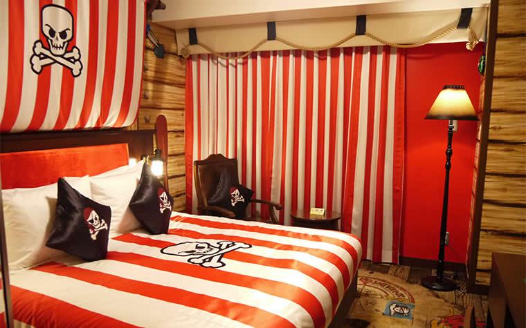 海賊船の旗をイメージしたベッド