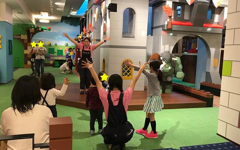 子どもたちだけでキッズプレイエリアで体操やゲームに参加