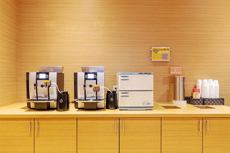 温かいコーヒーや冷たいジュースのご提供
