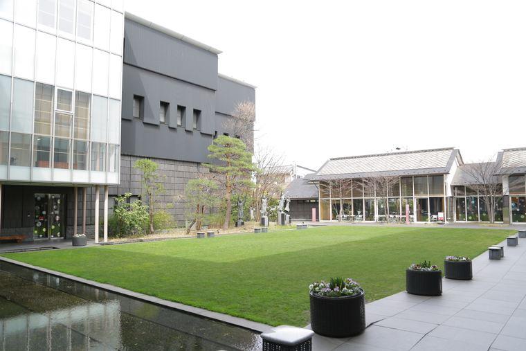松本美術館の芝生の広場