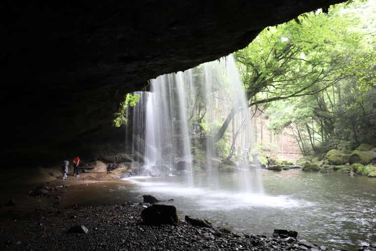 鍋ヶ滝は別名「裏見の滝」と呼ばれる