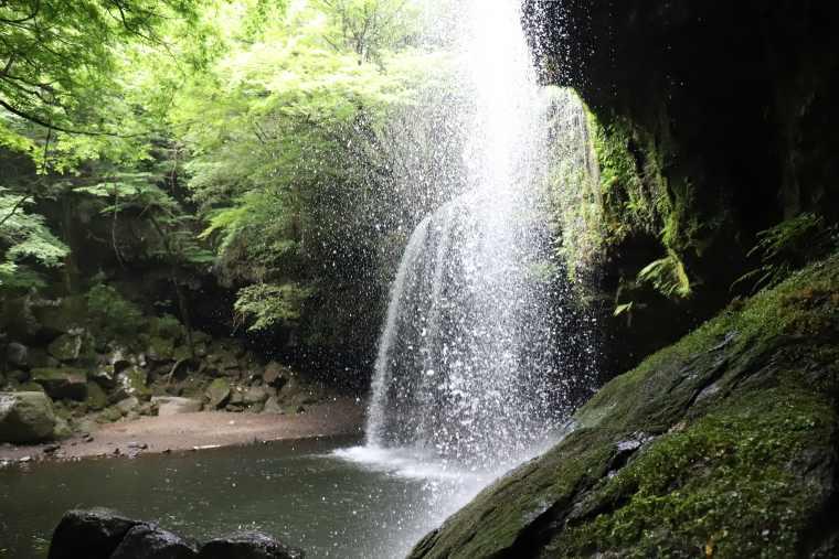 鍋ヶ滝の裏側は水しぶきが吹き込む