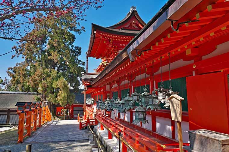 春日大社南門には本殿を囲むように回廊が続く