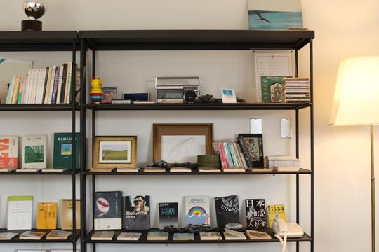 屋内スペースには本やさりげないアートワークが置かれている