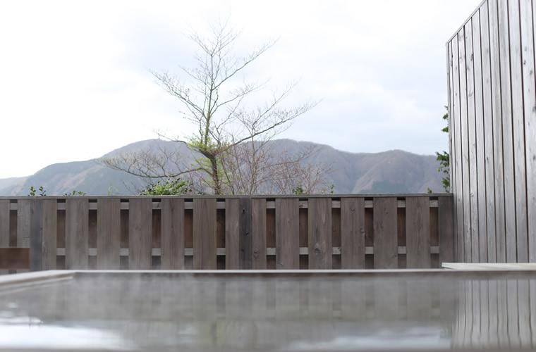 敷地内から湧き出る井戸水を利用したヒノキの露天風呂