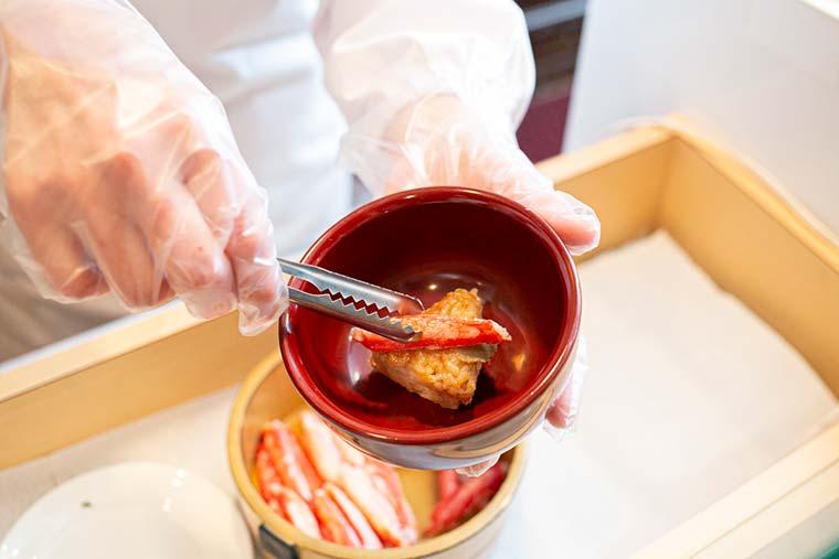茸出汁と蟹振袖を纏った焼きおにぎり