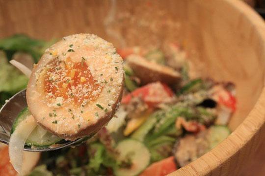 森の木の子とスモークゆで卵のフォレストサラダ